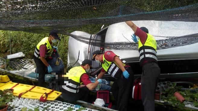 消防人员费尽千辛万苦抵达事故现场,替伤患进行救护处置。(苗栗县消防局提供/巫静婷苗栗传真)