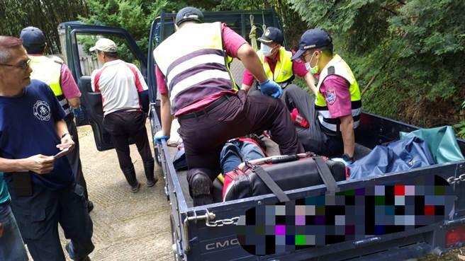 由于事故现场之产业道路过于陡斜,民眾协助驾驶四轮传动小货车,接驳救护人员及救护器材前往抢救,并运送伤患搭乘救护车。(苗栗县消防局提供/巫静婷苗栗传真)