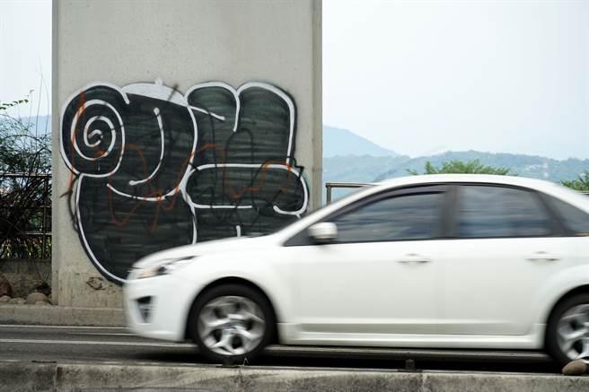 大里街頭近來出現不少塗鴉客作品,尤其是橋墩及堤防最多。(黃國峰攝)