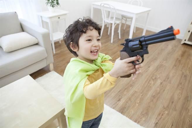 非裔男孩持玩具槍遭鄰居舉報,男孩母親質疑警方執法太過魯莽。(圖/shutterstock達志影像提供)