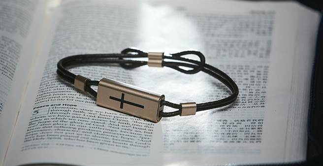 酷碁推出全新易付十字架一卡通手鍊,以金色質感凹刻十字架與真皮圓繩組成,簡約的設計風格結合人文信仰特色。(一卡通提供/黃慧雯台北傳真)