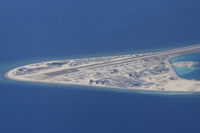 大陸在南沙群島多個島礁上都建有強固基礎設施與飛機跑道。圖為位於南沙群島的渚碧礁。(圖/美聯社)