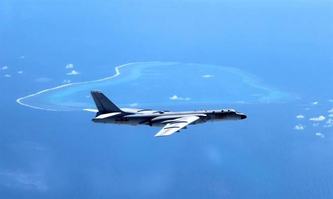 解放軍長程轟炸機在南海島礁進行針對性演習,警告美方不可在南海輕舉妄動。圖為2018年轟-6K巡航南沙群島。(圖/美聯社)