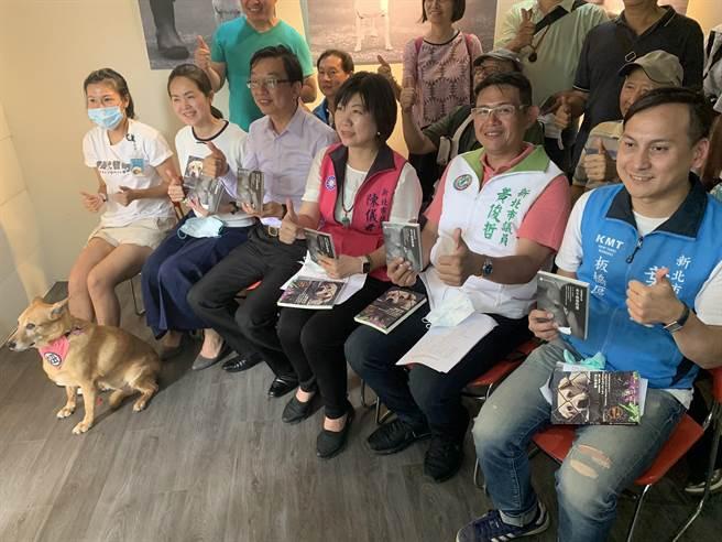 新北市動保處與台灣動物保護行政監督聯盟舉辦「永不放棄的愛」攝影展, 多位新北市議員到場共襄盛舉。(王揚傑攝)