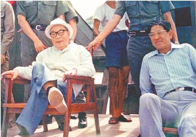 前總統蔣經國(左)、前總統李登輝(右)