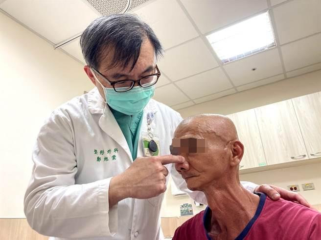 亞大附醫整形外科主治醫師鄭旭棠指出患者手術位置。(亞大附醫提供/陳淑芬台中傳真)