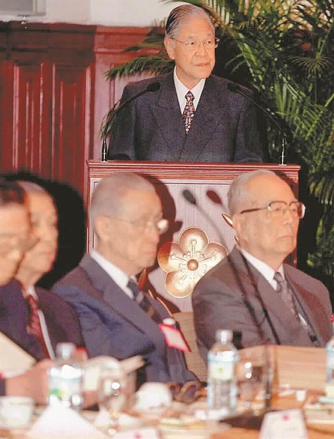 李登輝在總統任內推動「兩國論」,讓他贏得「台獨教父」的稱號,不過李曾接受專訪明白表示,他從未主張過「台灣獨立」,因為台灣已經實質獨立。(圖/本報檔案照)