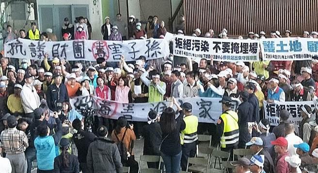 日友环保公司申请于台南设置下营废弃物处理场,经多次协调会及变更事业计画,仍遭下营部分乡亲强烈反对抗议。(陈秋宏服务处提供/刘秀芬台南传真)