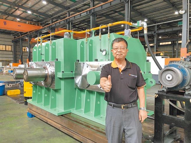 台稳总经理廖德川与该公司为轮胎大厂生产的大型胶料密炼机专用齿轮箱。图/庄富安
