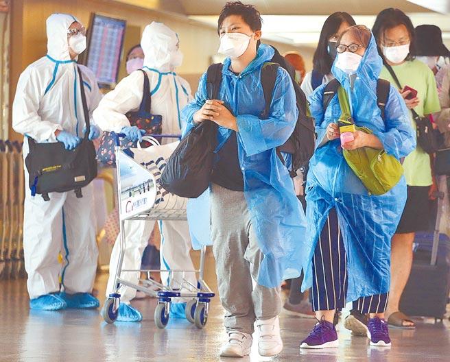 中研院生醫所兼任研究員何美鄉表示,日本女留學生、泰國移工確診,都不會只是「唯一」。圖為一群搭機抵達桃園機場的旅客,在入境前準備查驗健康聲明書。(本報資料照片)