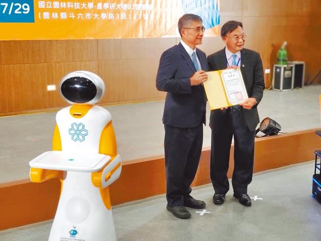 雲科大校長楊能舒(左)頒發感謝狀給業者,機器人出場幫忙。(周麗蘭攝)
