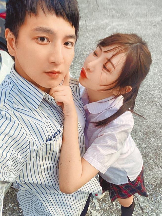 楊奇煜(左)昨宣布與護理師女友結婚,開心曬出合影。(楊奇煜提供)