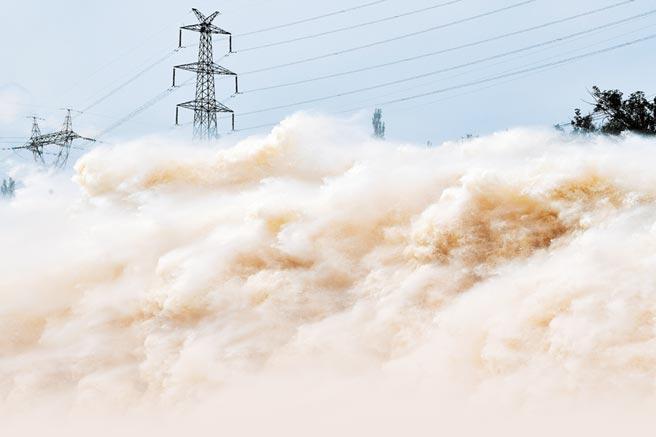 雨帶北上,黃河上游多個水庫加大下洩流量確保安全度汛,7月21日,劉家峽水庫大洩洪。 (新華社)