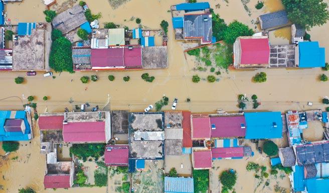 安徽六安市固鎮鎮遭受嚴重洪澇災害,7月20日,已多個村莊被淹。(新華社)