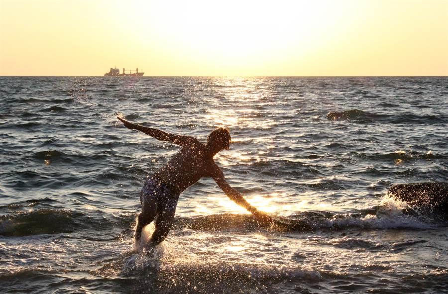 一位民眾在沙灘邊玩水,突然感覺到有東西刺進左腳底「夾了一口」,衝回岸邊檢查,整個腳底血流不止。(圖/Shutterstock)