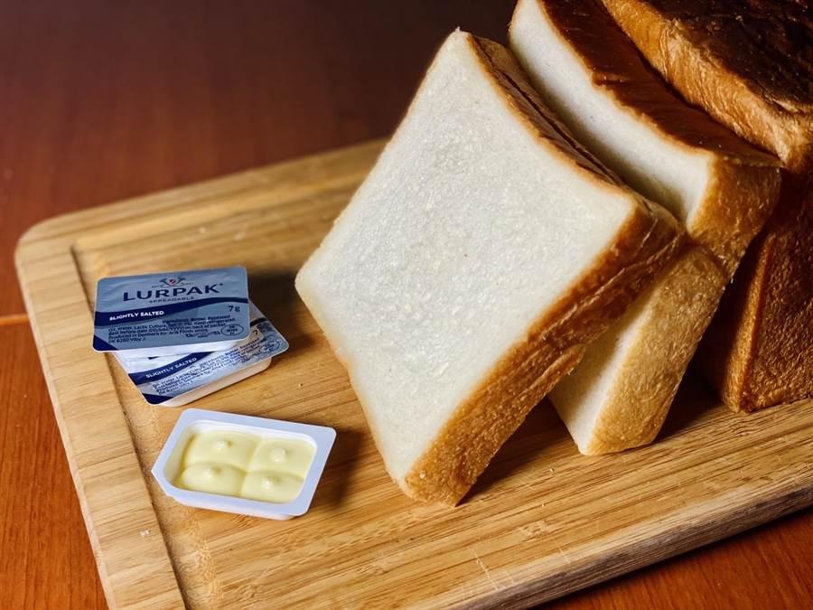 今年掀起一股生吐司風潮,全家宣布推出由世界麵包冠軍師傅陳耀訓監製的生吐司,首波限量1萬個,只透過店舖群組預購販售。(圖/全家提供)