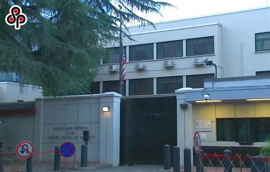 圖為7月27日美國駐成都總領事館在北京命令下關閉,領館人員當天早上6時左右徐徐降下美國國旗。(圖摘自央視視頻)