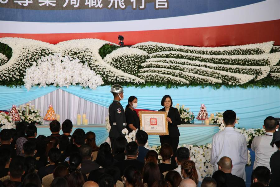 總統、三軍統帥蔡英文親頒褒揚令給殉職飛官簡任專家屬。(黃婉婷攝)
