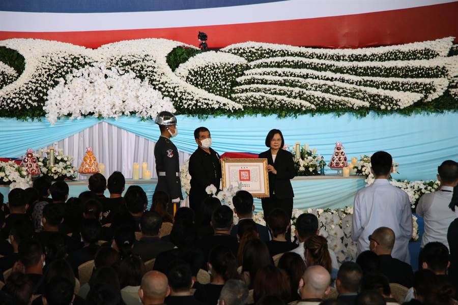 總統、三軍統帥蔡英文親頒褒揚令給殉職飛官高嘉隆家屬。(黃婉婷攝)