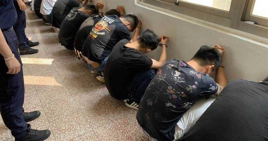 竹東河濱公園發生青少年鬥毆案,警方啟動快打奏效帶回12名青少年調查。(圖/中國時報羅浚濱)
