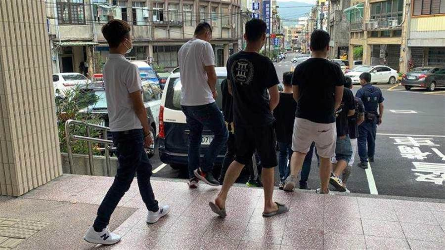 竹東河濱公園發生青少年鬥毆案,警方將涉案的12名青少年依聚眾鬥毆罪移送檢方偵辦。(圖/中國時報羅浚濱)