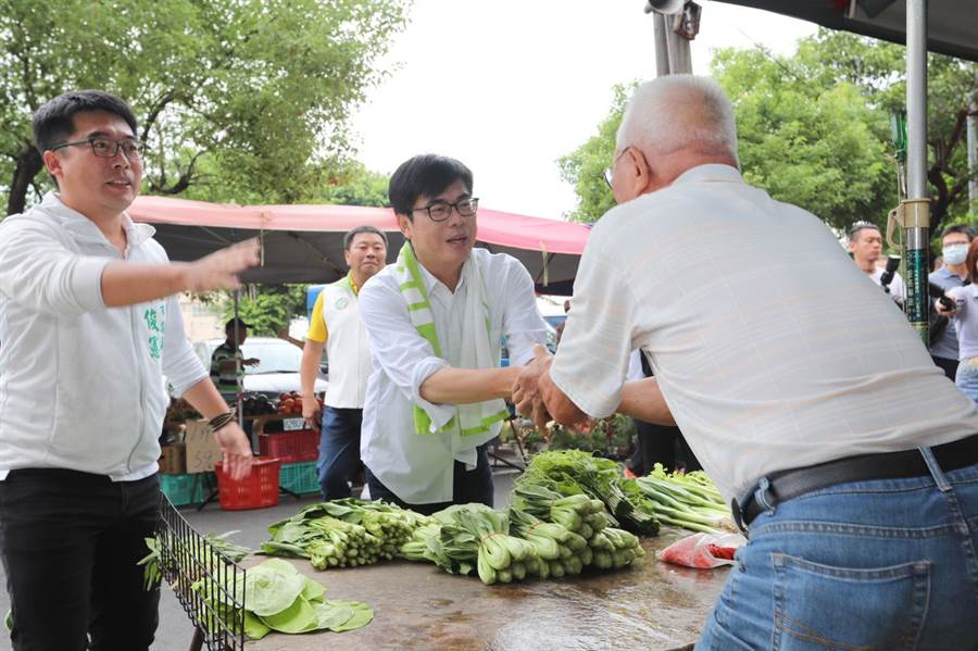 民進黨高雄市長候選人陳其邁30日到高市大樹區九曲堂菜市場拜票。(林雅惠攝)