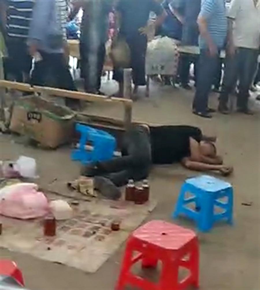 男子被手上的蛇咬傷,立即攤倒。(網路照片/上游新聞)