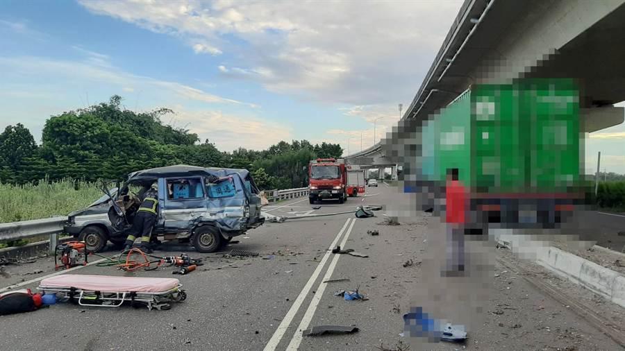 台61線下方靠近彰化大城鄉,發生一起貨櫃車與自小客車相撞意外,造成2人死亡。。(民眾提供/吳建輝彰化傳真)
