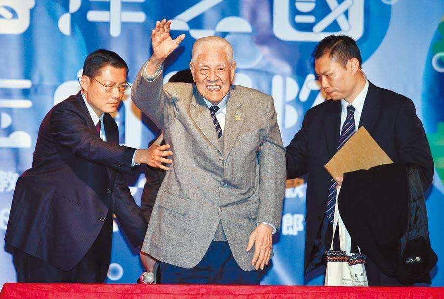 前總統李登輝(中)傳病危。圖為2017年12月出席台灣教授協會募款餐會時揮手向來賓致意。(本報資料照片)