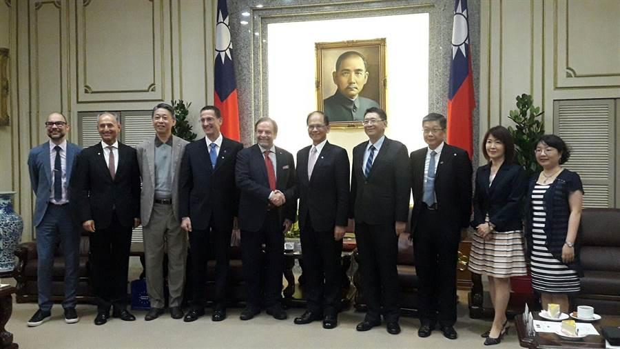 立法院長游錫堃今接見歐洲在台商務協會理事長尹容等協會成員。(朱真楷攝)