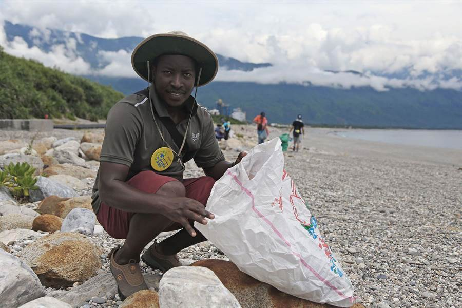 圖說:來自坦尚尼亞的外籍學生 Barnaba Buhombe目前就讀於長榮大學,從台南坐車到花蓮再騎腳踏車一連參與2場東部淨灘場次,他稱台灣就像他的第二個家。(RE-THINK提供/李柏澔台北傳真)