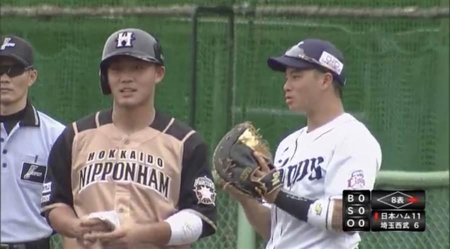 火腿隊王柏融(左)在二軍比賽上壘後,與擔任西武獅一壘手的吳念庭(右)交談。(截自推特)