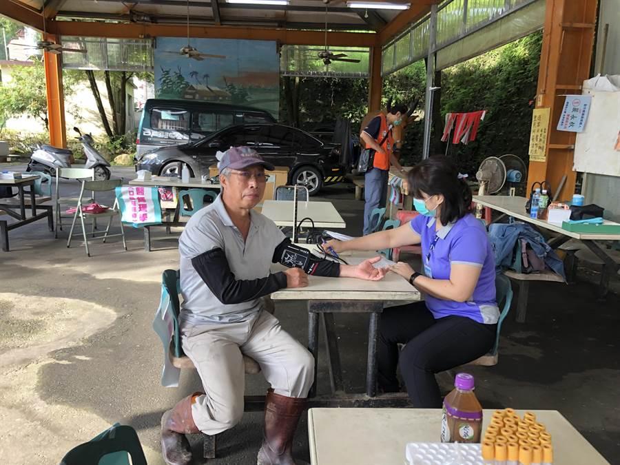 中國醫藥大學新竹附設醫院配合新竹縣衛生局,共同辦理「整合性篩檢活動」,8月後將下鄉服務。(莊旻靜攝)