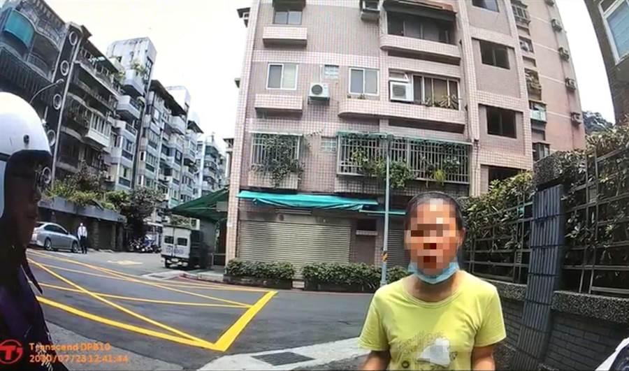 李男假扮檢警遭到當場逮捕。(陳鴻偉翻攝)