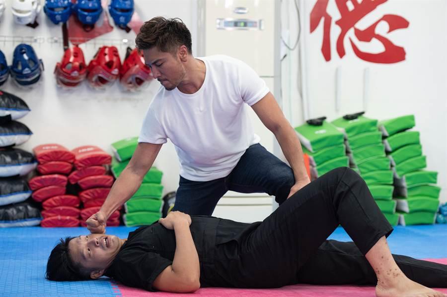 羅平(右)拍武打戲用盡全力。(TVBS提供)