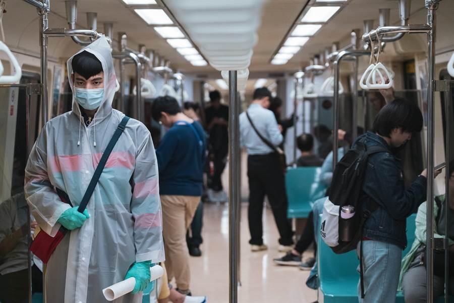 《怪胎》為演出清潔強迫症患者,必須全副武裝隔絕細菌,北捷擔心嚇到民眾一度拒絕出借場地。(牽猴子整合行銷提供)