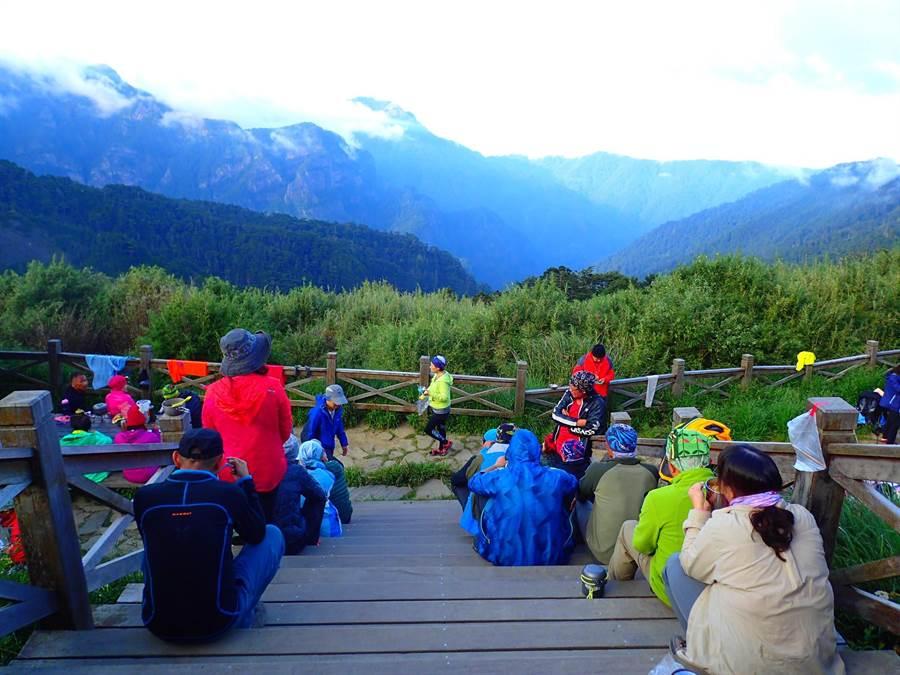 山友有緣能在山屋聚在一起,應該要珍惜這樣的機會。(雪管處提供/巫靜婷苗栗傳真)