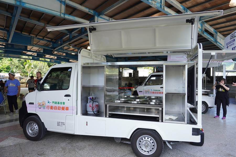 門諾獲贈第二輛行動自助餐車備有螢幕可提供衛教,以及行動料理台。(門諾基金會提供/羅亦晽花蓮傳真)