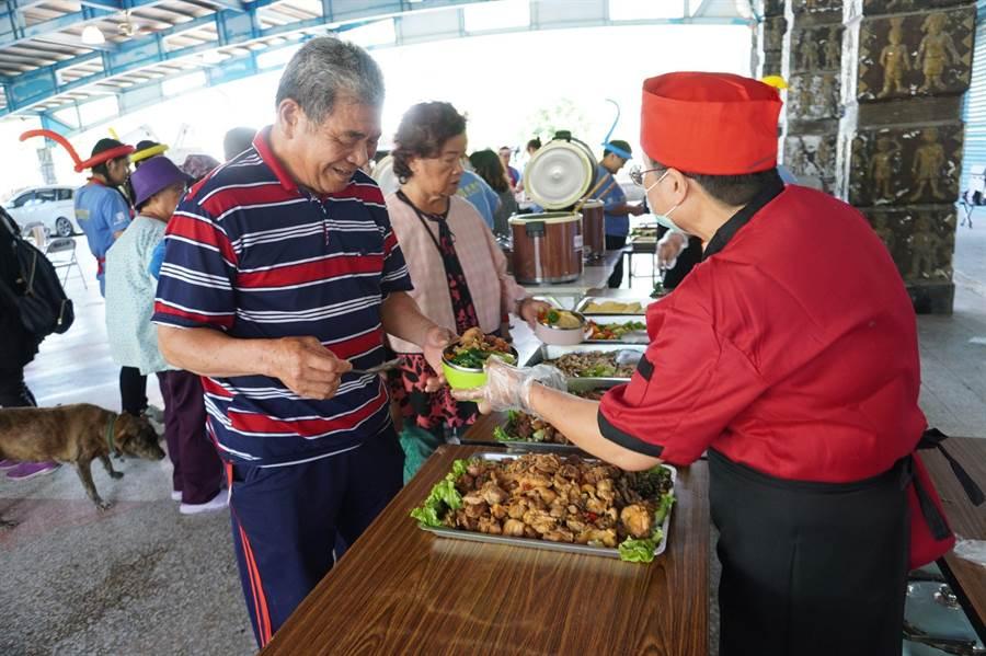 門諾基金會去年開發第一輛行動自助餐車到偏鄉部落,提供身心障礙與獨居長者溫熱餐食。(門諾基金會提供/羅亦晽花蓮傳真)