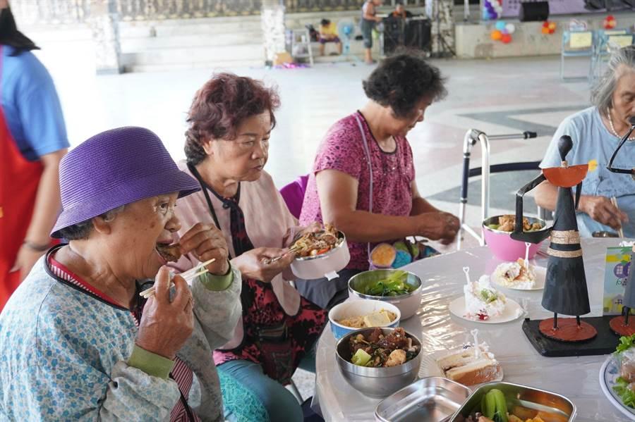門諾基金會去年平均一週出車3天,送餐天數累計156天,共3028餐次,平均每天送餐19人次。(門諾基金會提供/羅亦晽花蓮傳真)