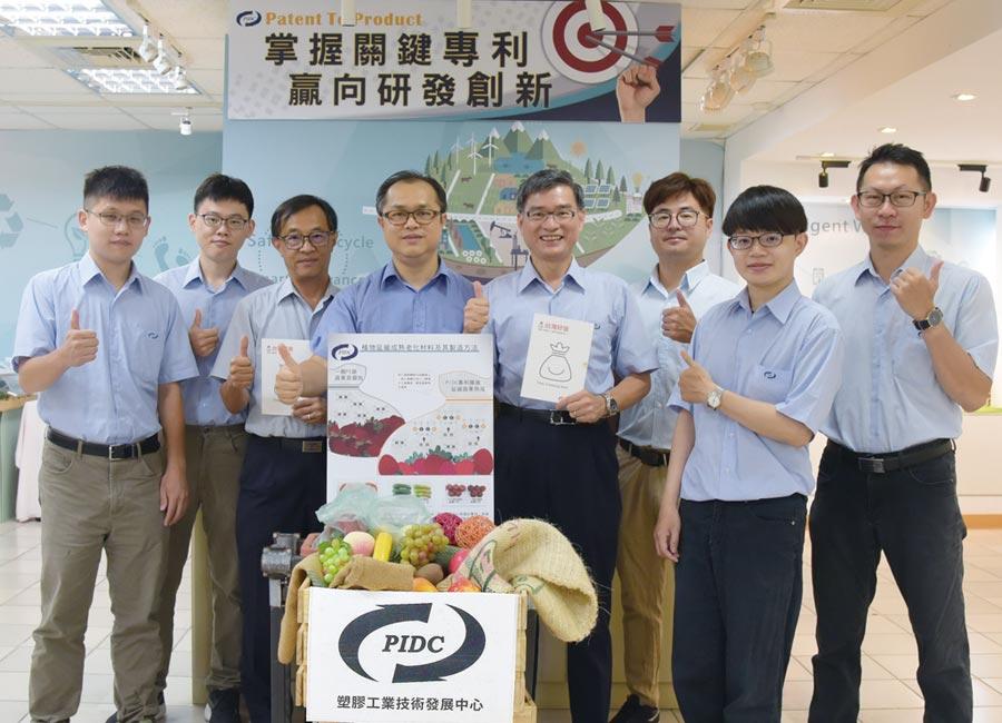 塑膠中心總經理蕭耀貴(右四)、副總經理邱政文(左三)、曾向榮博士(左四),以及保鮮袋技術團隊合影。圖/業者提供