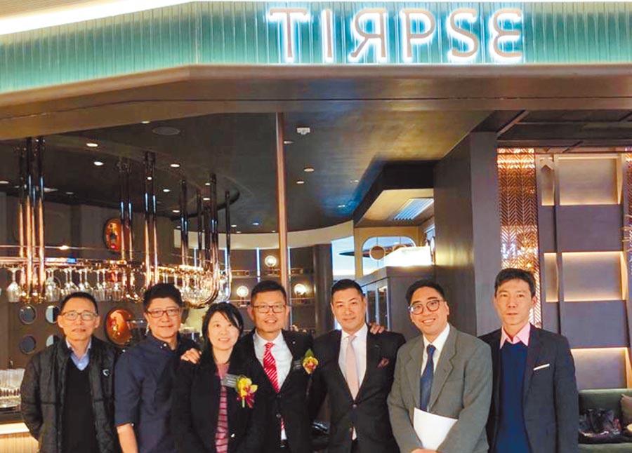 「嚐‧高美集團」主席黃毅山先生(中)與經營團隊在代理經營的香港米其林一星餐廳Tirpse合影。圖/業者提供