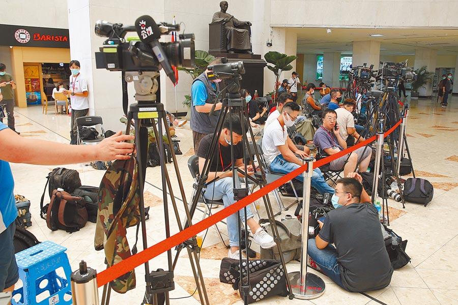 在台北榮總就醫的前總統李登輝傳出身體不適,大批媒體前往現場守候,但李辦及家屬都暫時拒絕對外說明。(杜宜諳攝)