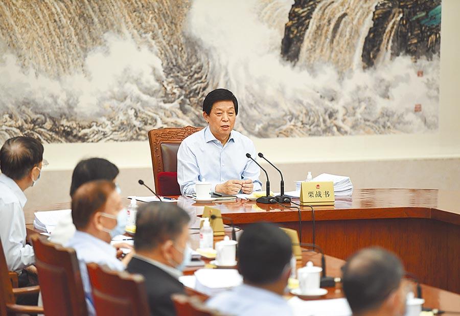 大陸學者表示,香港特首引用《緊急法》延後選舉,需向全國人大常委會匯報,徵得中央同意。圖為栗戰書委員長主持人大常委會。(新華社)