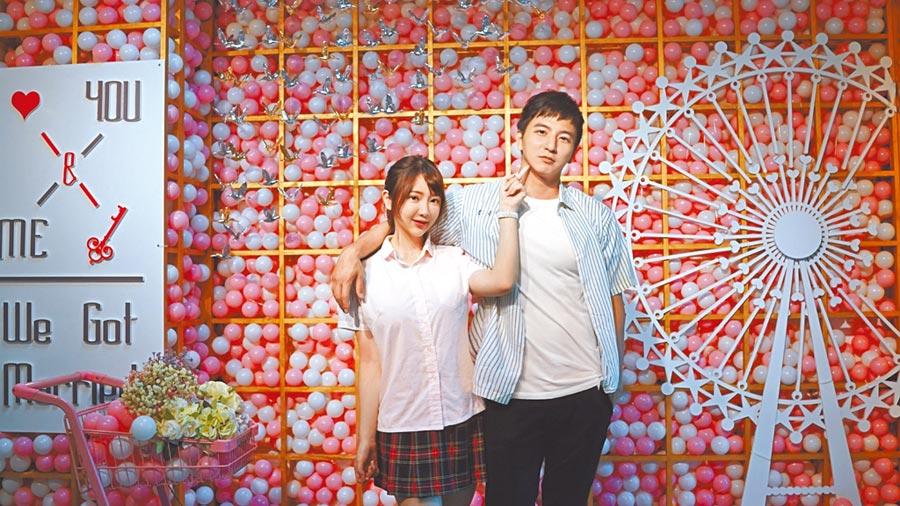 杨奇煜(右)昨与女友穿制服去登记结婚,模样青春。(杨奇煜提供)