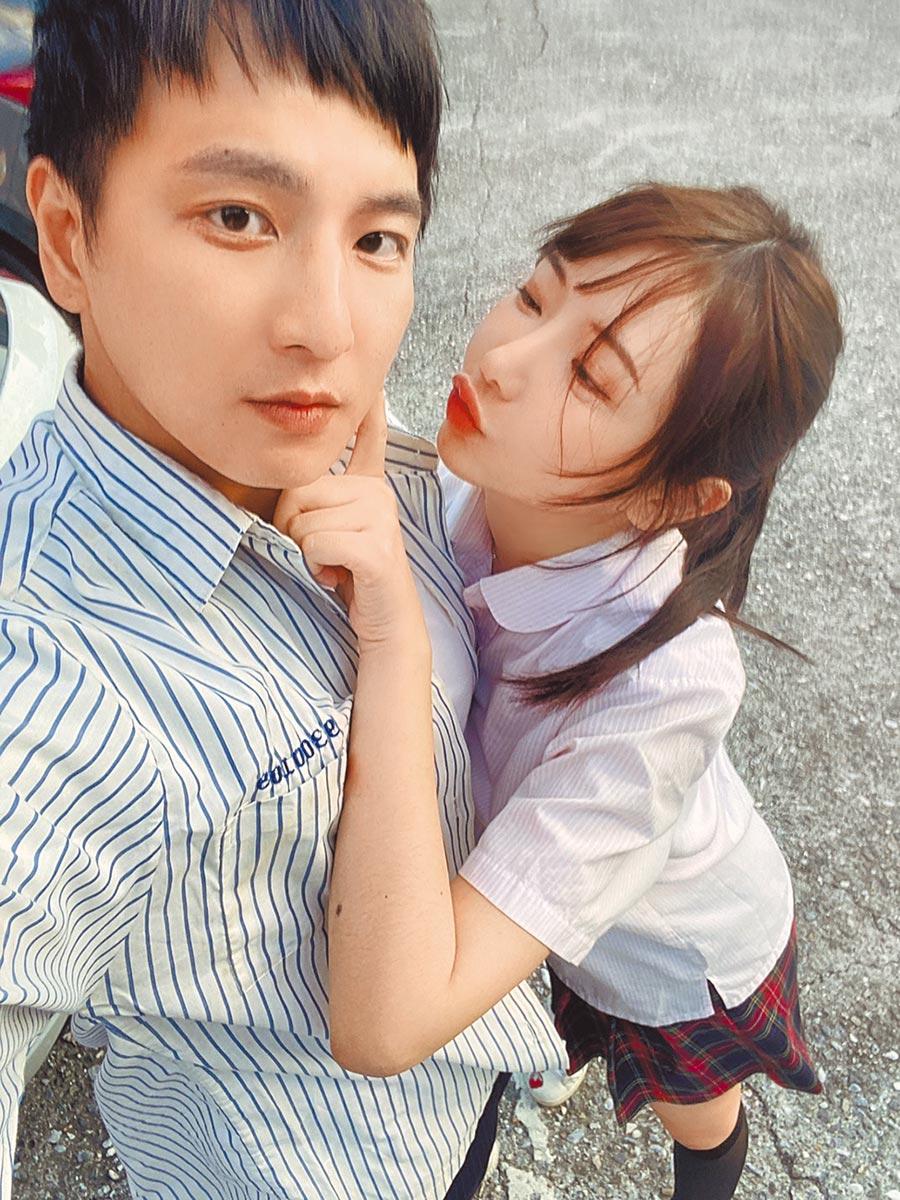 杨奇煜(左)昨宣布与护理师女友结婚,开心晒出合影。(杨奇煜提供)