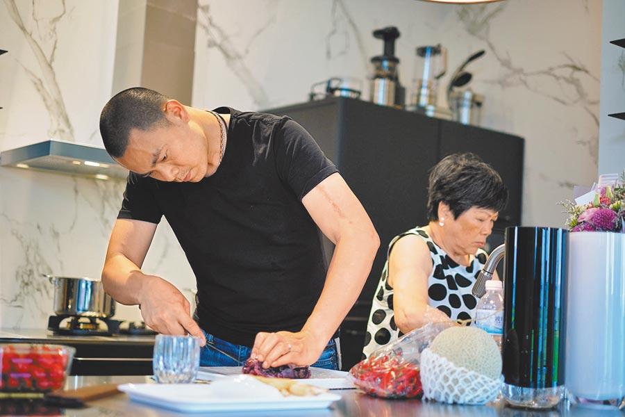 江振誠(左)的母親是他的料理啟蒙,對他影響甚多。(牽猴子整合行銷提供)