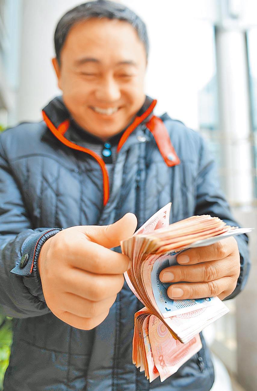 大陸擴內需,要克服薪資M型化問題。(新華社資料照片)