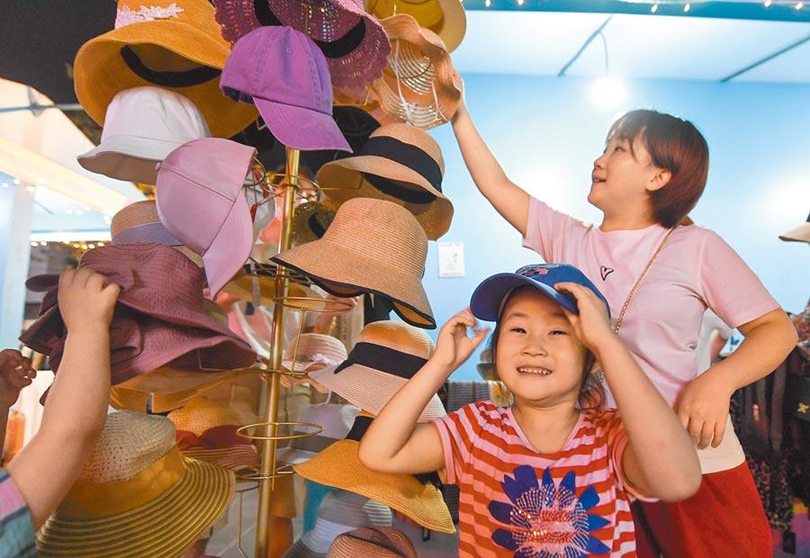 外貿企業琳琅滿目的帽子吸引市民選購。(中新社資料照片)