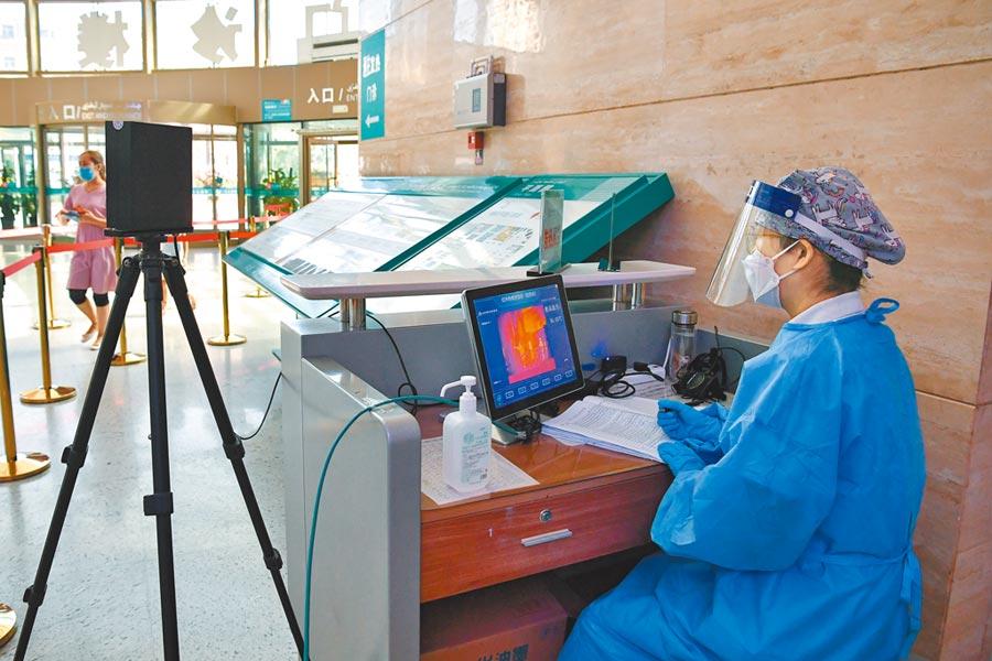 7月24日,烏魯木齊的新疆維吾爾自治區人民醫院實時監測入內人員的體溫。(新華社資料照片)